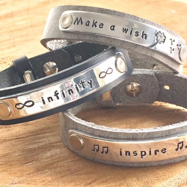 Leren armband met tekst plaatje (verschillende lettertypen & kleuren leer)-9437