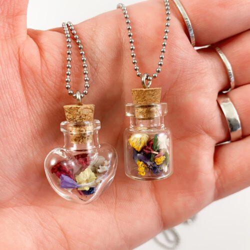 Ketting met flesje met bloemen hartje lange ketting droogbloemen beauquet